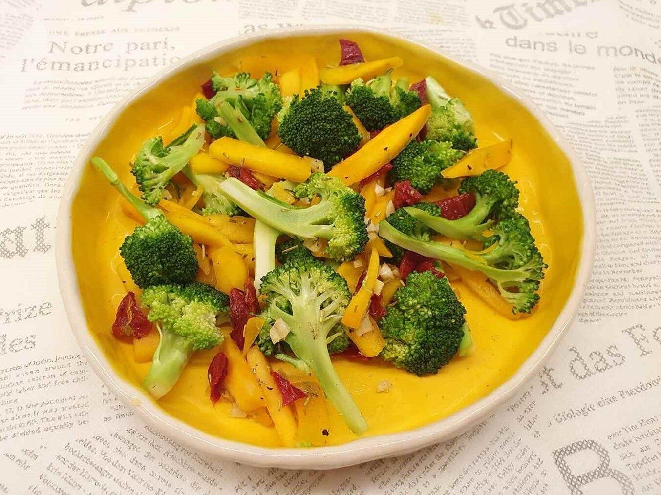 Karinos brokolių ir kepintų moliūgų salotos
