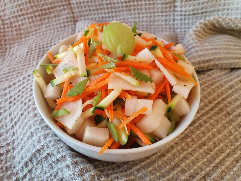 Baltojo ridiko salotos su cukinija bei morka