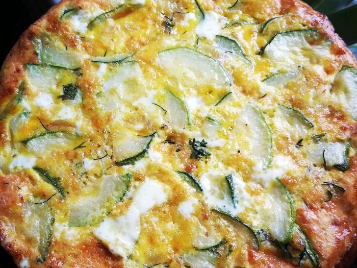 Keptas orkaitėje omletas su cukinija ir krapais