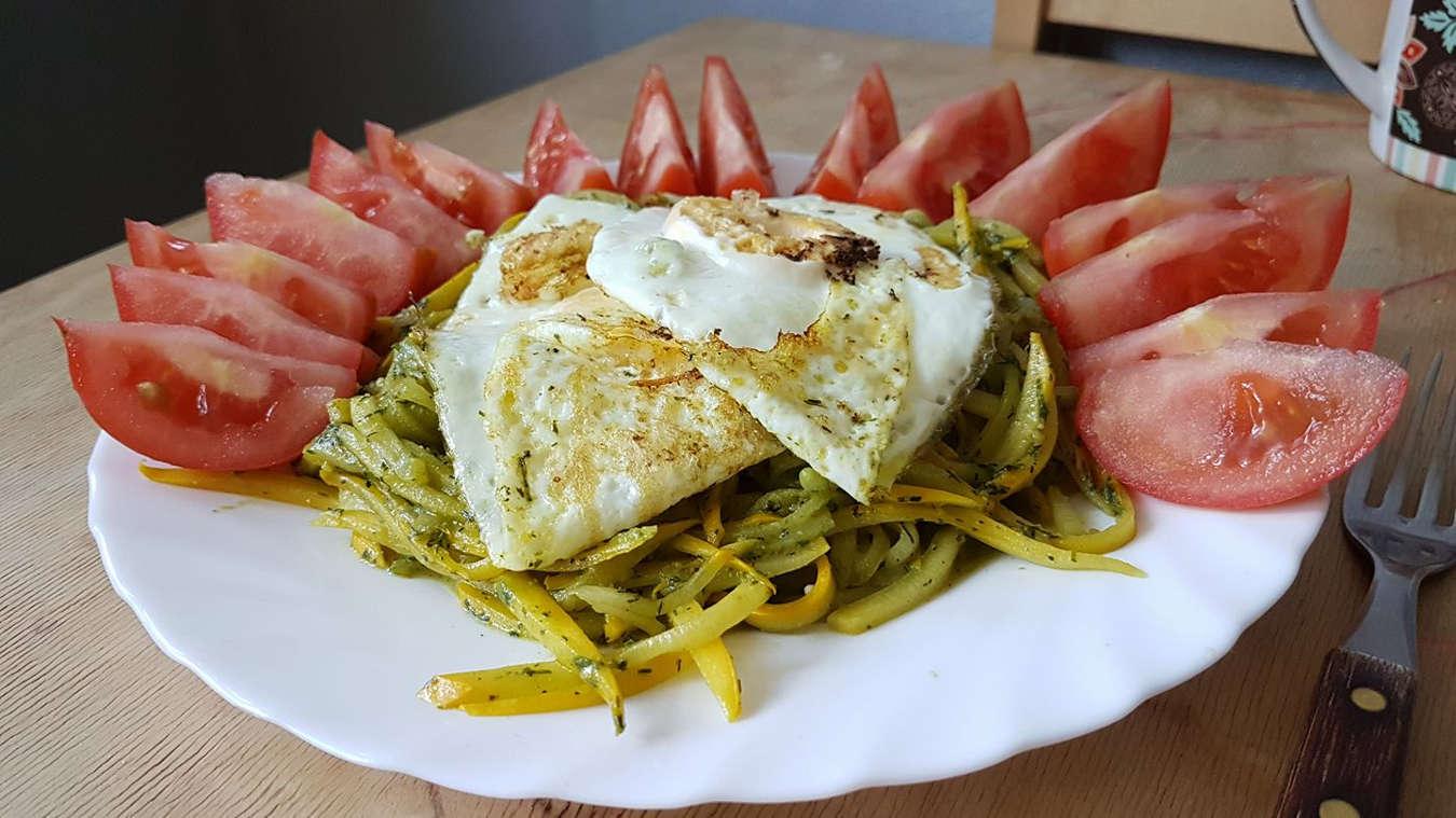 Kiaušiniai su cukinijų makaronais ir krapų pesto