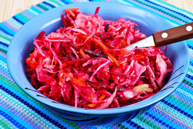 Raugintų kopūstų ir šviežių burokėlių salotos – greitos ir kupinos vitaminų