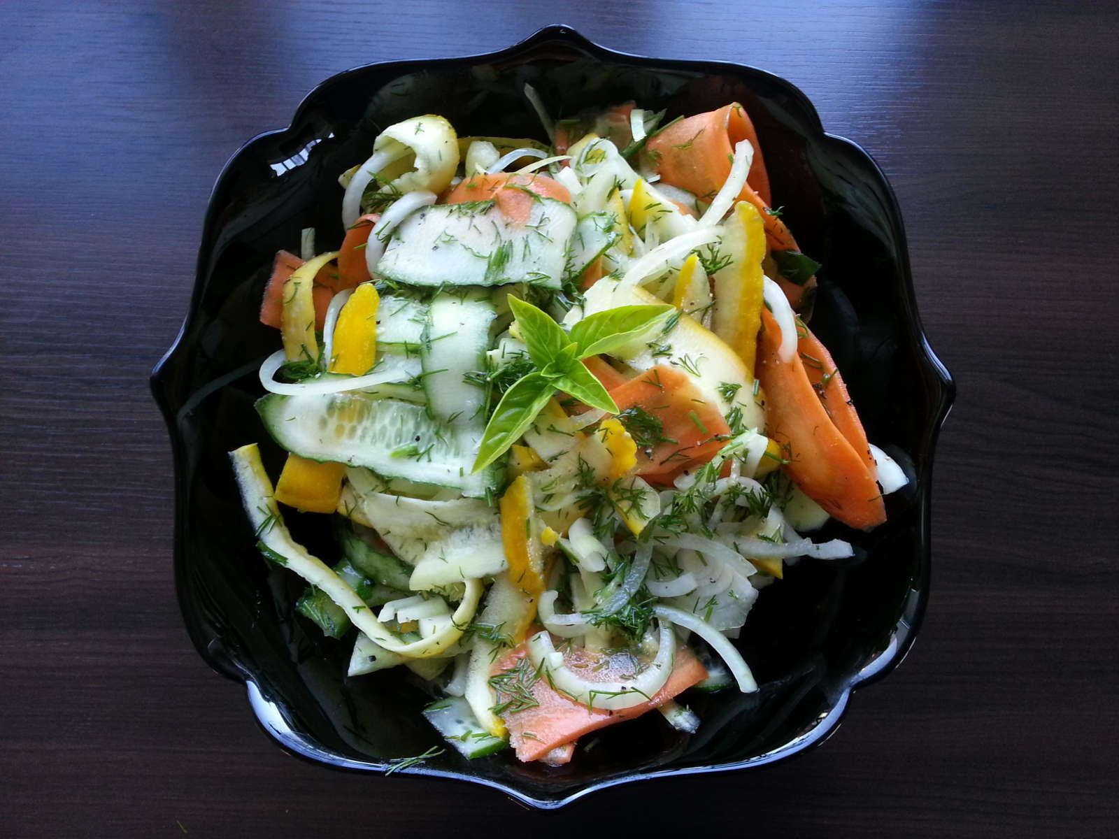 Salotos cukinija, morka, agurkas, svogūnas