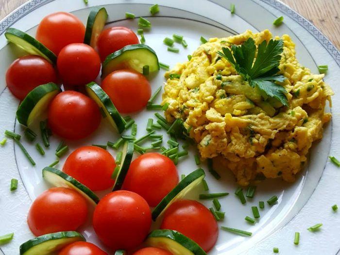 Kepti kiaušiniai su daržovėmis - sveiki receptai