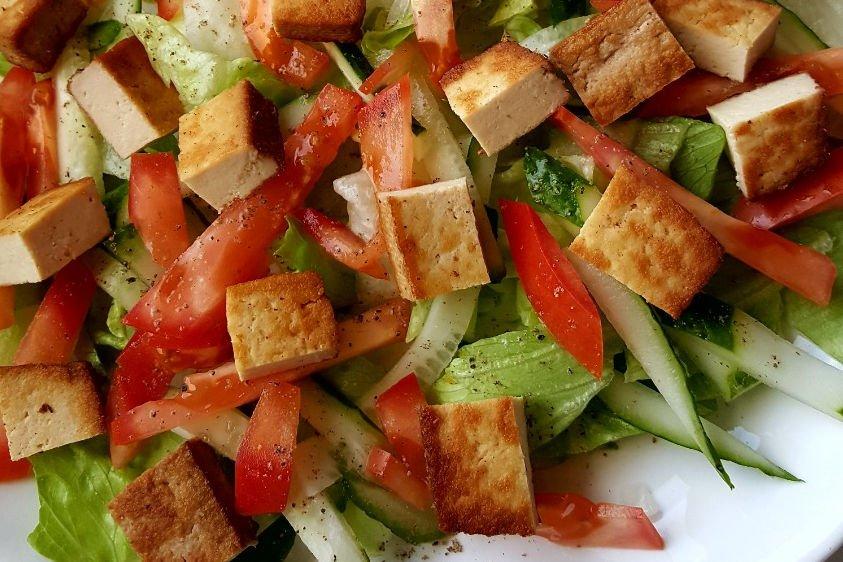 Salotos su tofu sūriu