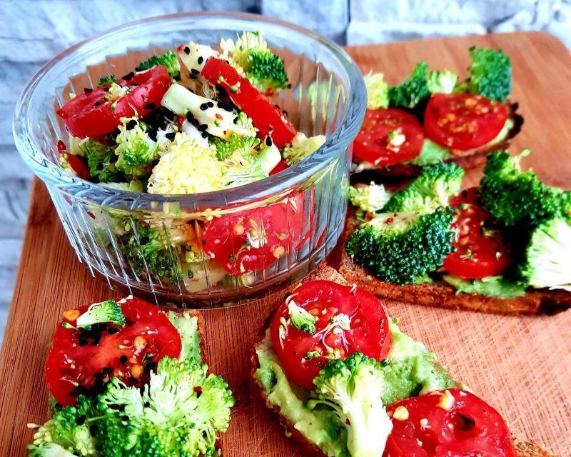 Sumuštiniai su brokoliais ir pomidorais (pilno grūdo duona)