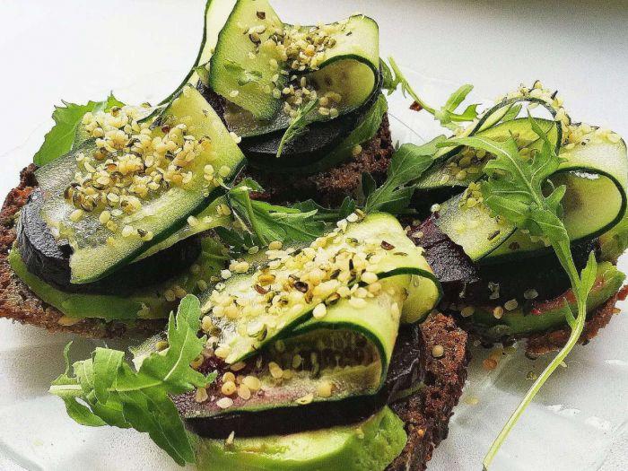Sumuštinis su avokadu, keptu burokėliu ir agurku