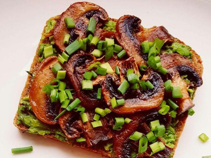 Sumuštinis su viso grūdo juoda bemiele duona avokadu