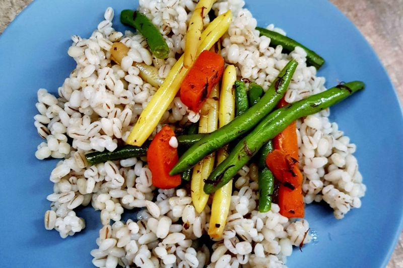 Perlinių kruopų košė su šaldytomis daržovėmis - pusryčiai