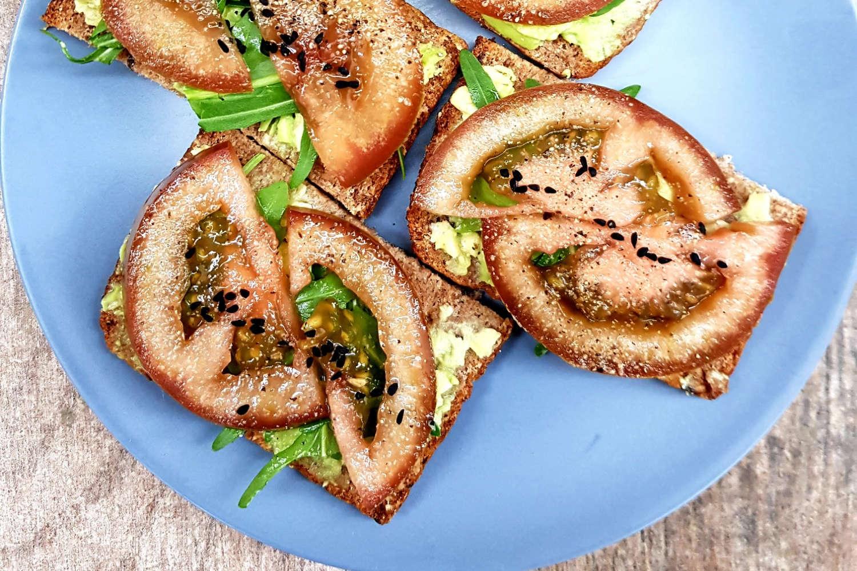 Pilno grūdo duonos sumuštiniai su avokadu, gražgarste ir pomidoru