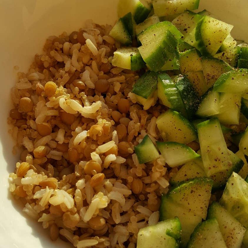 Rudųjų ryžių, lęšių, kynva miksas su agurku