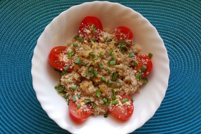 Senelio kruopų košė su pomidorais, svogūnlaiškiais, kietuoju sūriu