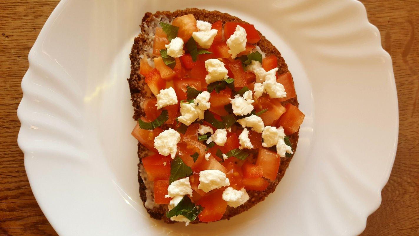 Visagrūdės duonos sumuštinis su daržovėmis, ožkos sūriu