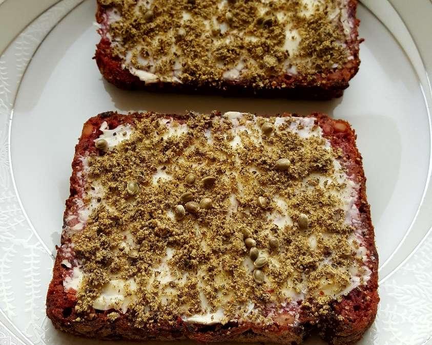 Burokėlių duonos sumuštiniai trintomis kanapių sėklomis (kanapyne)