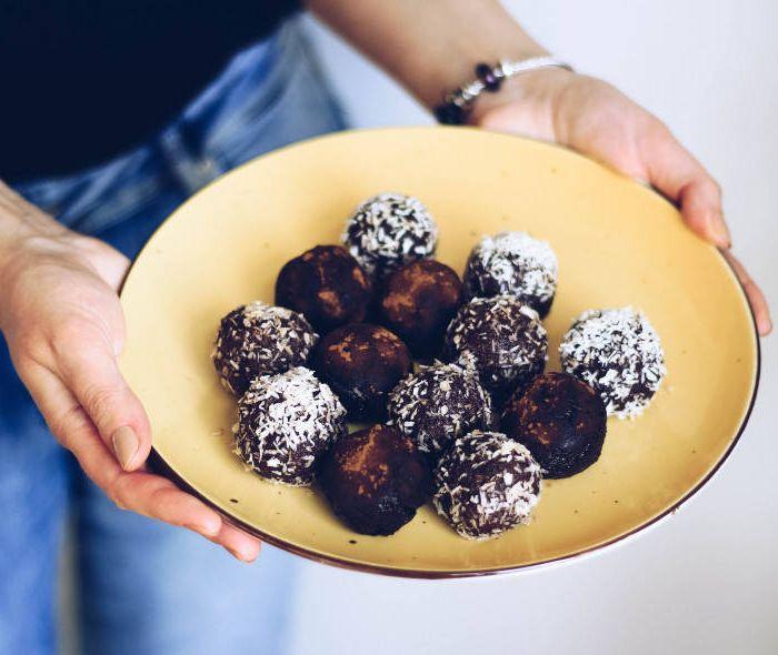 Energijos rutuliukai iš datulių, migdolų, šokolado desertų receptai