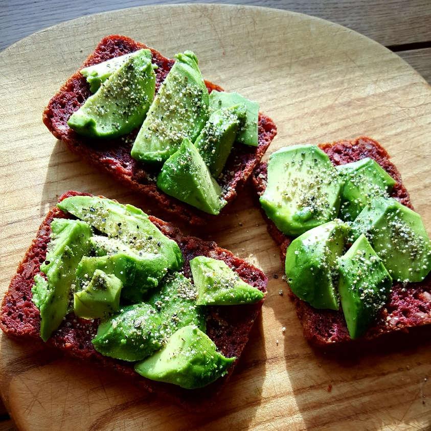 Burokėlių duona su avokadu, citrinpipiriais - sumuštinis pusryčiams