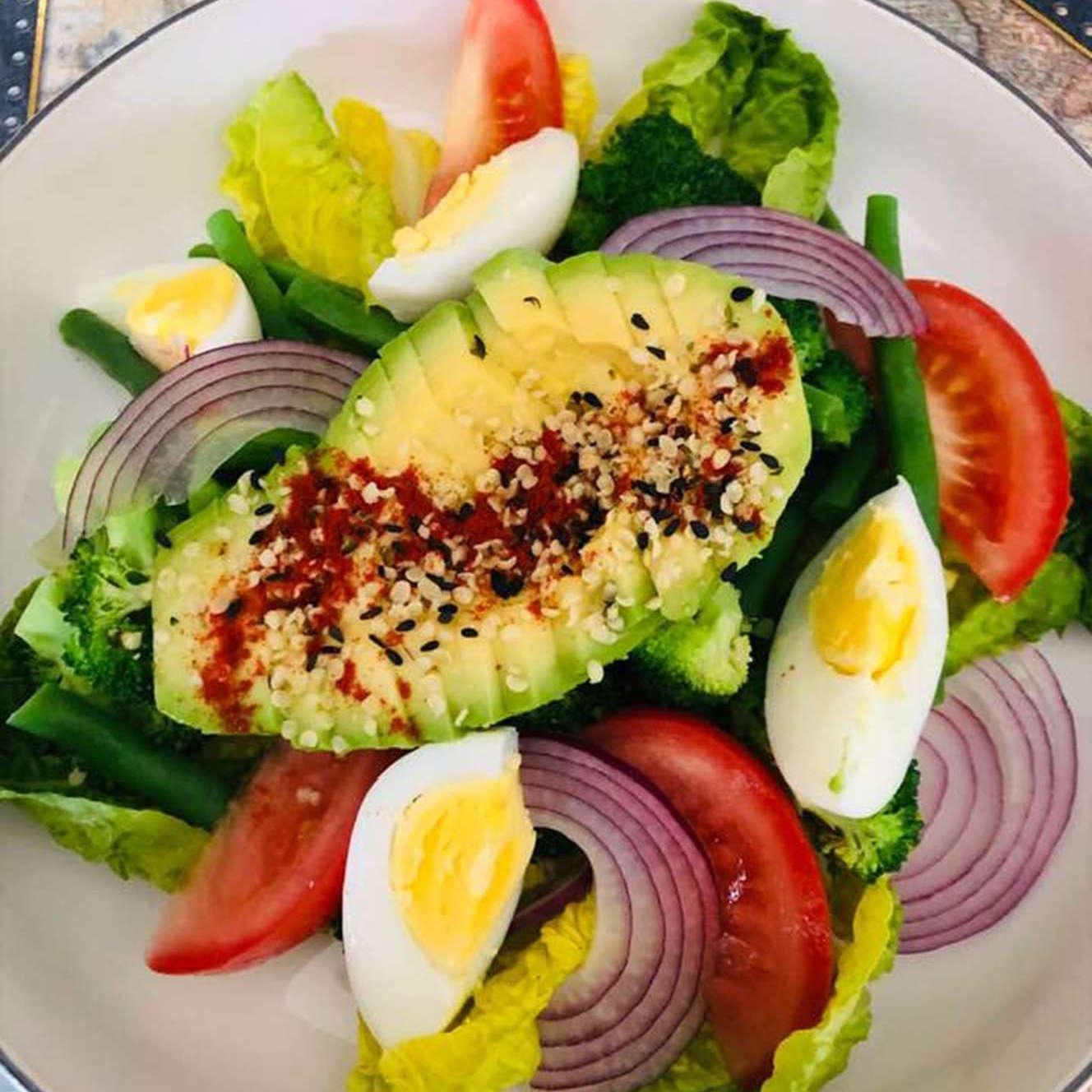 Salotos su kiaušiniu ir avokadu