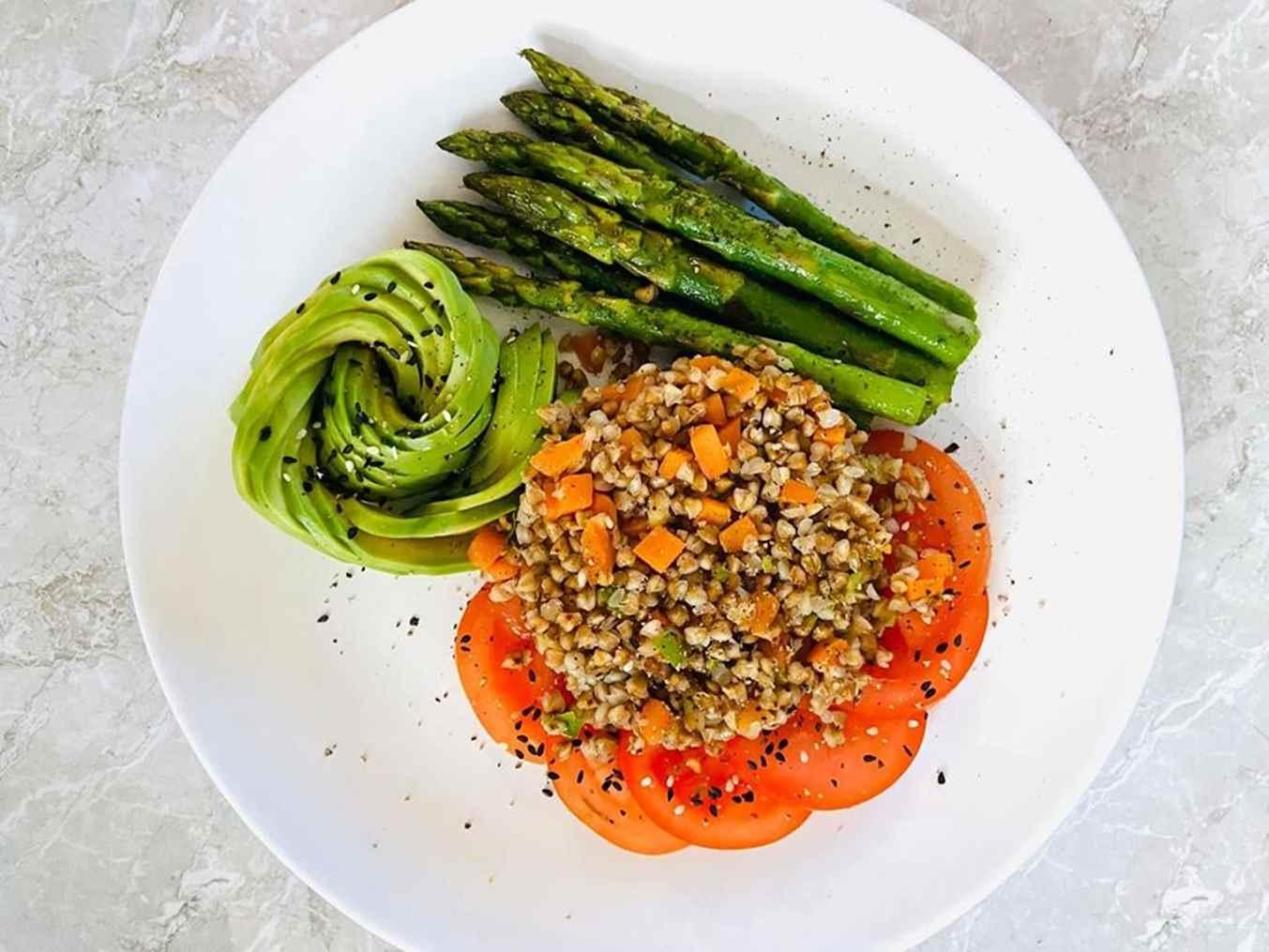 Košė: grikiai, morkos, pomidoras, smidrai ir avokadas