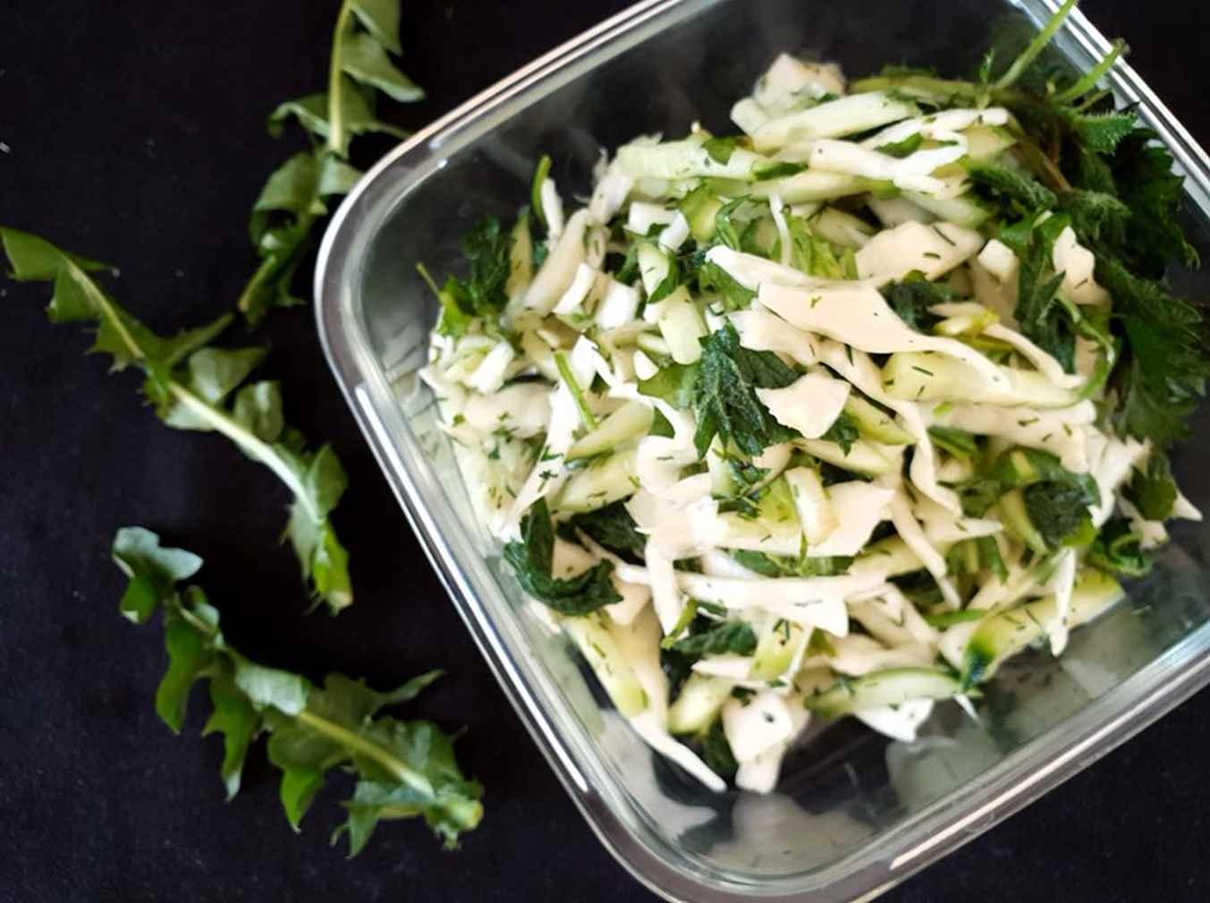Dilgėlių ir kopūstų salotos su agurkais