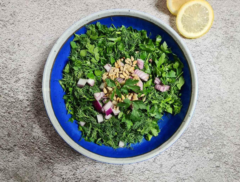 Salotos: krapai, petražolės, svogūnai, saulėgrąžų sėklos