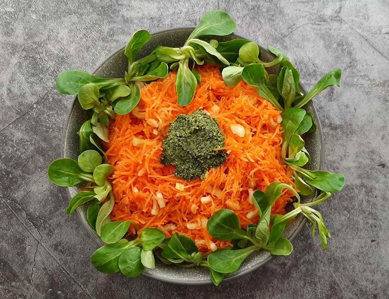 Salotos: morka, sultenė, salieras, svogūno laiškai, Pesto padažas