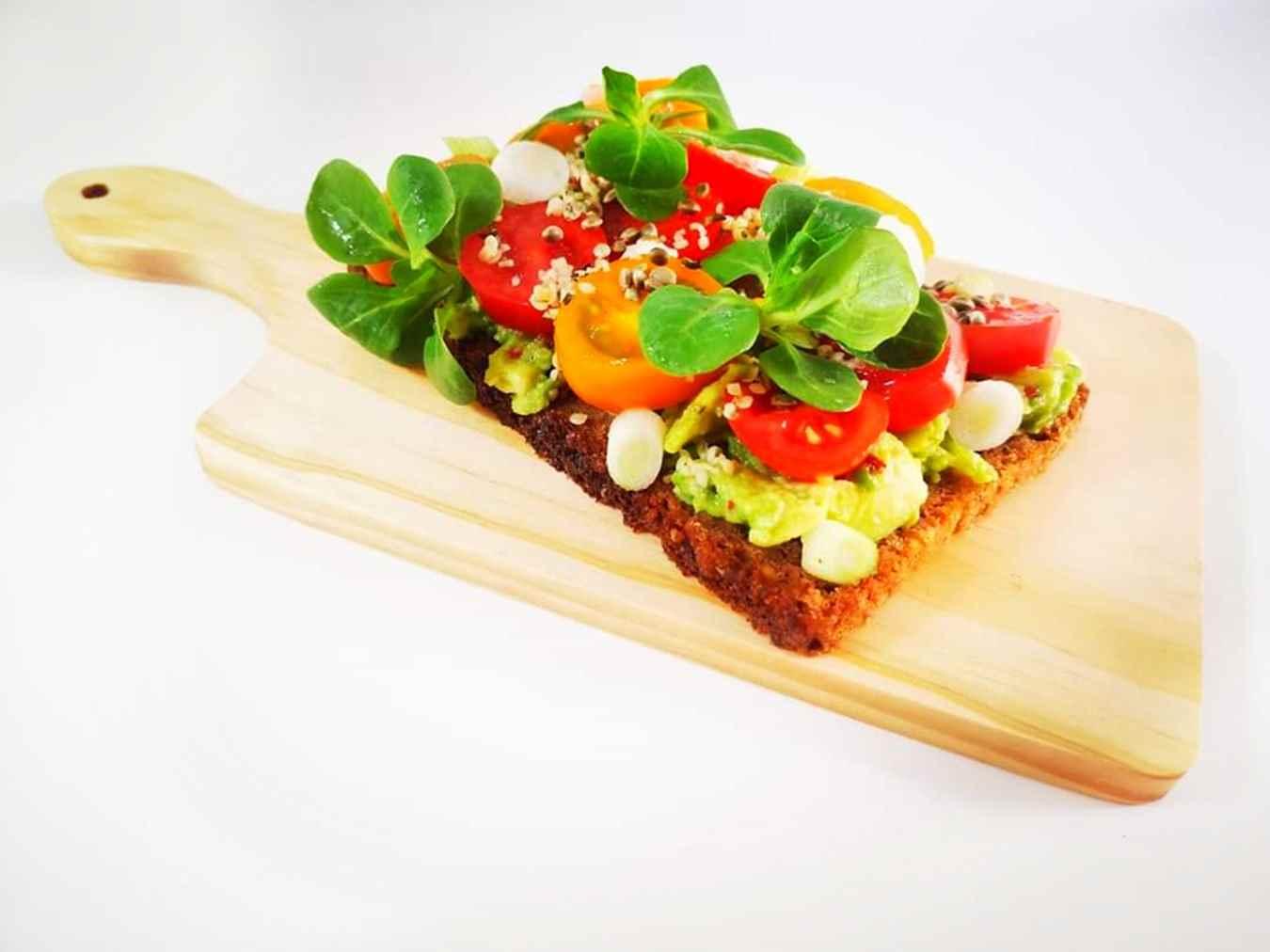Sumuštiniai su pomidorais ir avokadu