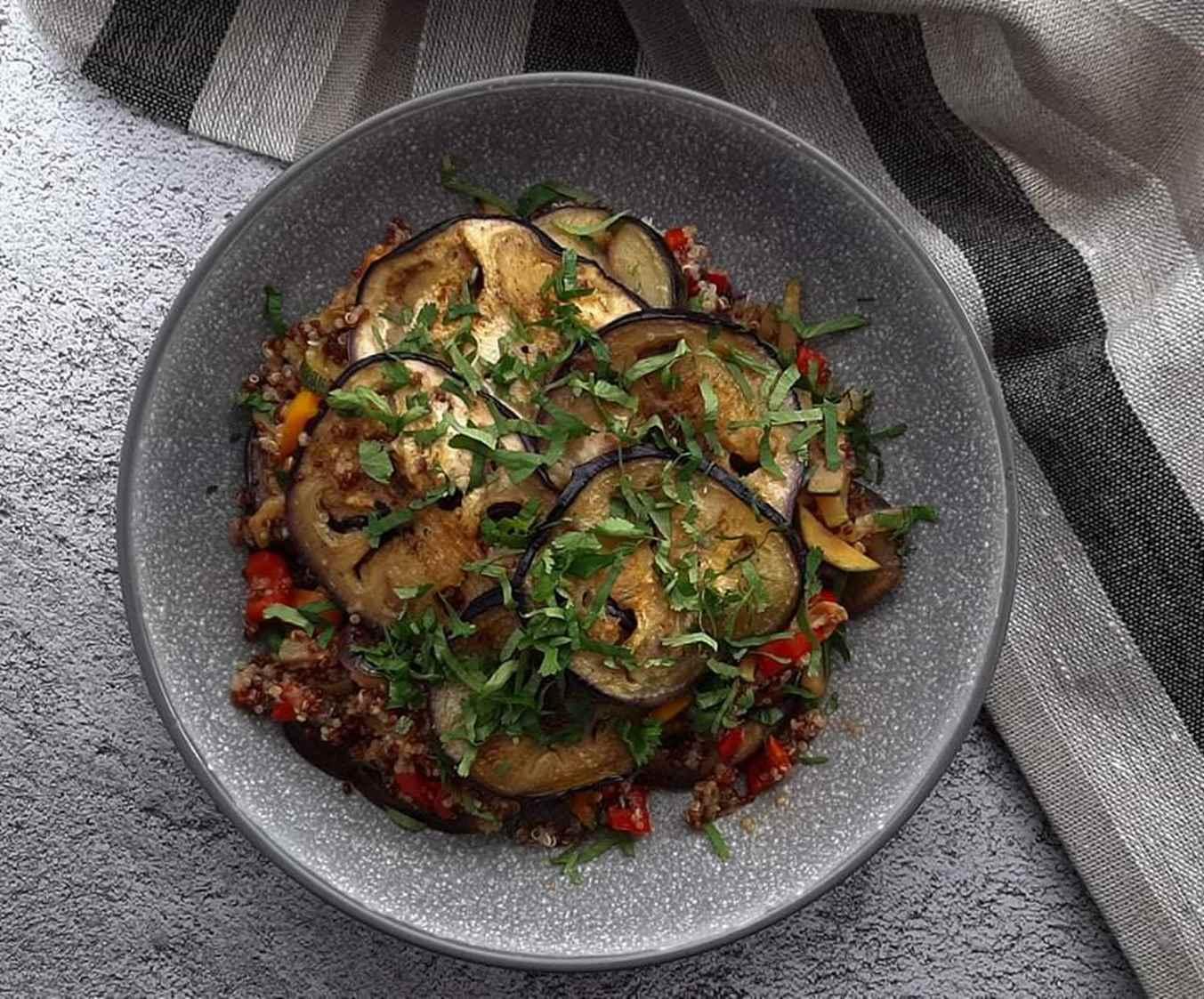 """Baklažanų ir bolivinių balandų (""""quinoa"""") apkepas"""