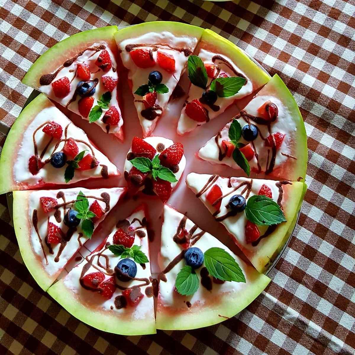 """Arbūzo, natūralaus jogurto ir uogu """"pica"""" - gaivinantis desertas"""