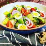 Salotos iš brokolio, avokado, pomidorų ir putpelių kiaušinių