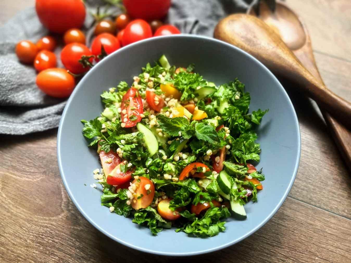 Tobulos salotos su kruopomis, agurkais, pomidorais