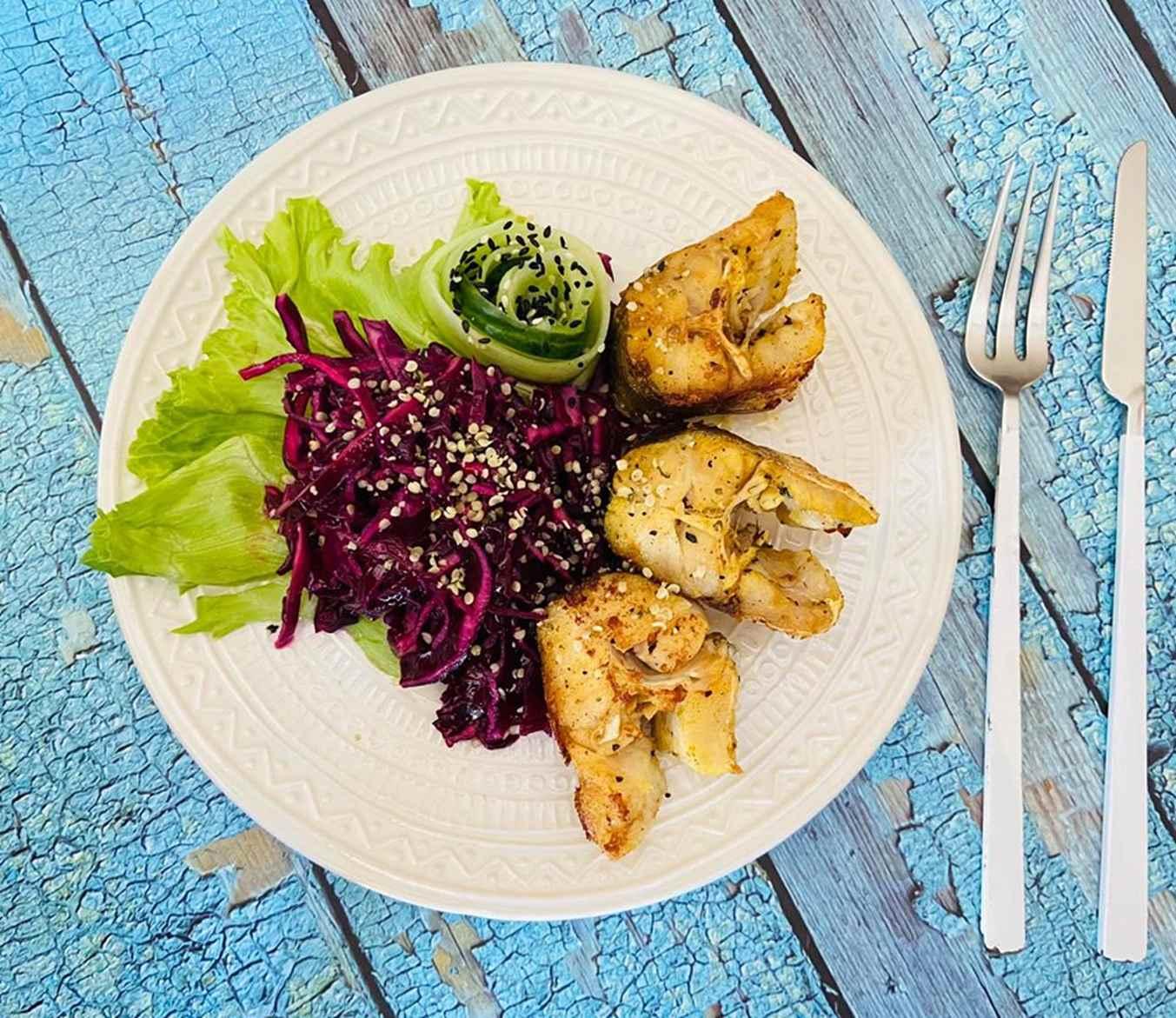 Jūros lydeka kepta keptuvėje ir mėlynojo kopūsto salotos