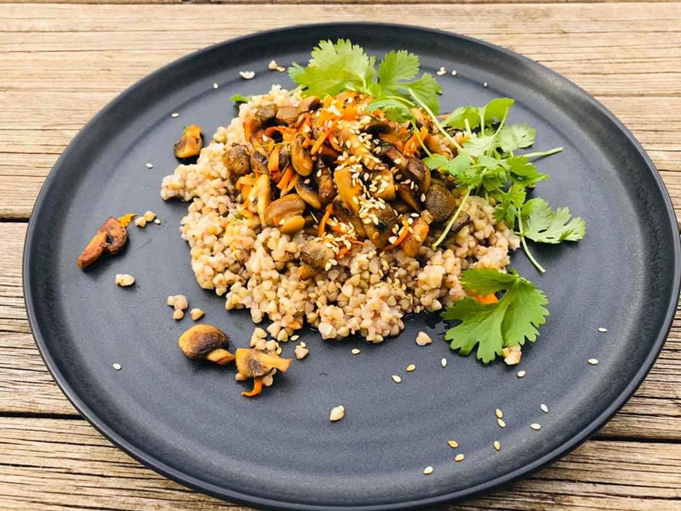 Nekepinti grikiai su pievagrybiais, morkomis, sezamo sėklomis ir kalendra