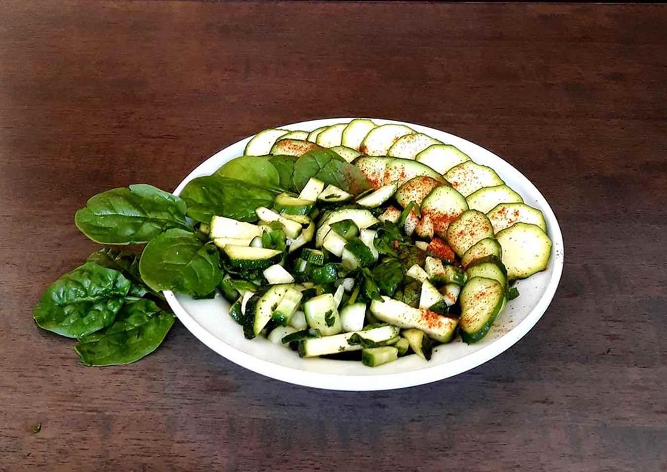 Salotos su cukinija ir agurku