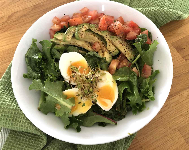 Kiaušinių, pomidorų ir saulėgrąžų daigų salotos