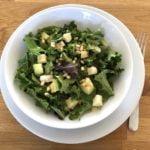 Salotos: salotų lapai, avokadas, permezano sūris, balzamiko actas