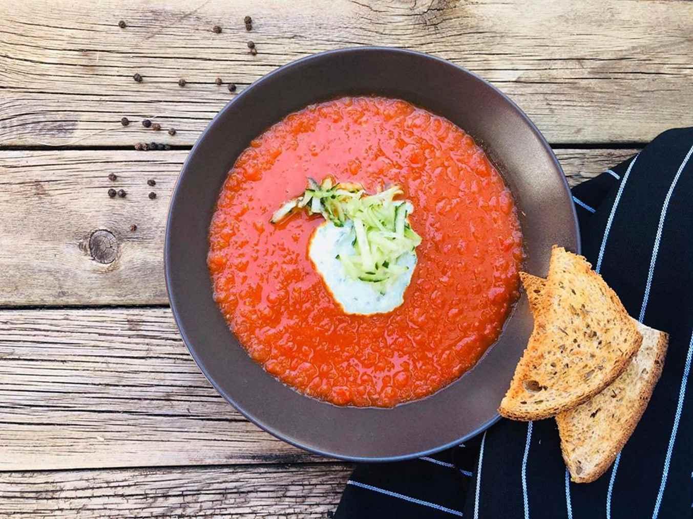 Aštri paprikos ir pomidorų sriuba su agurkiniu jogurtu