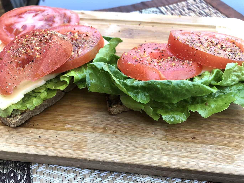 Sumuštinis su sūriu ir pomidoru