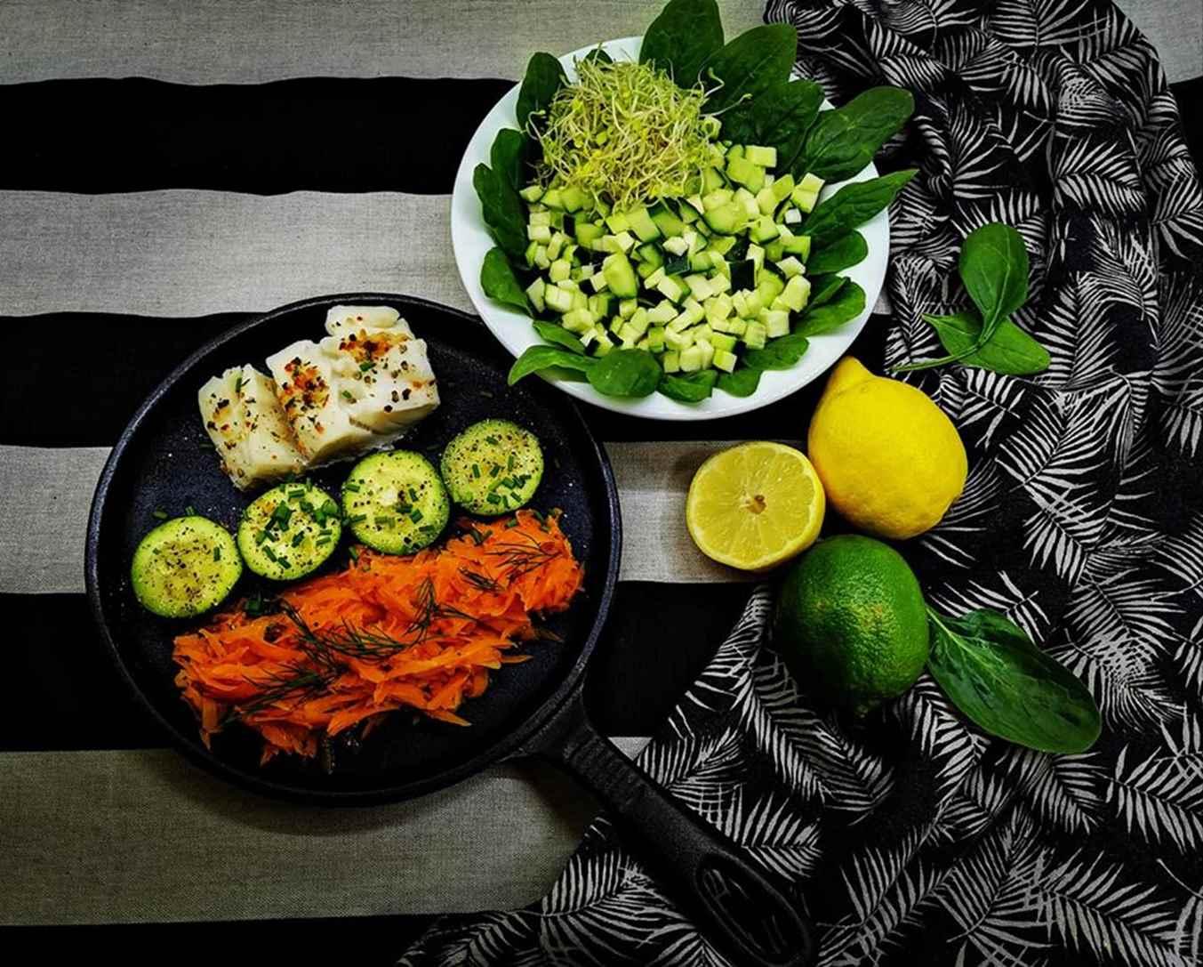 Balta žuvis su įvairių pipirų mišiniu su cukinija ir morkomis, kepta keptuvėje