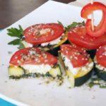 Keptos cukinijos griežinėliai su feta ir pomidoru