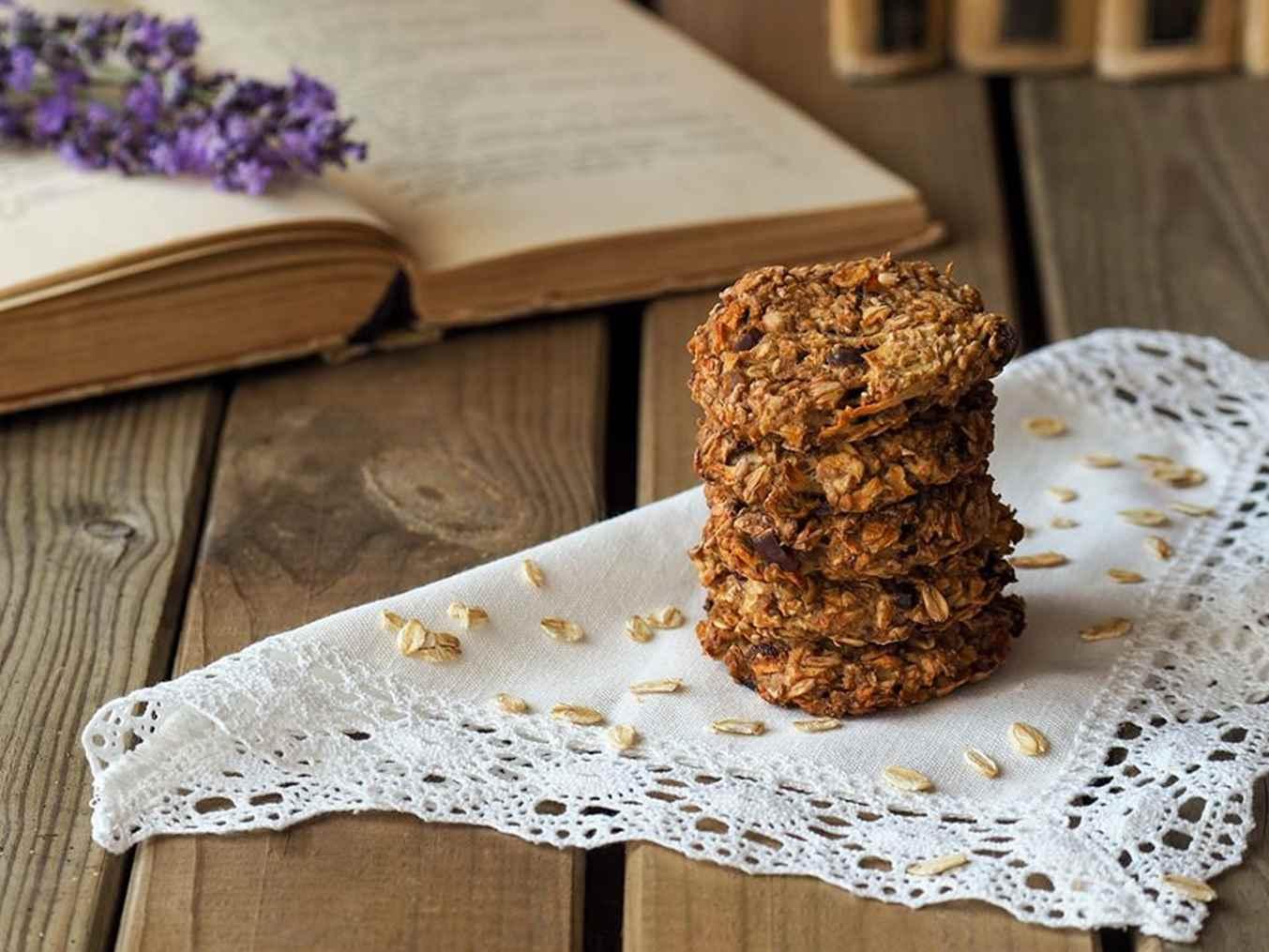 Avižinių dribsnių sausainiai su datulėmis ir obuoliais