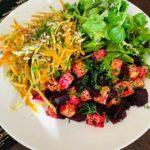 Tofu su orkaitėje keptais burokėliais, salieru ir morkomis