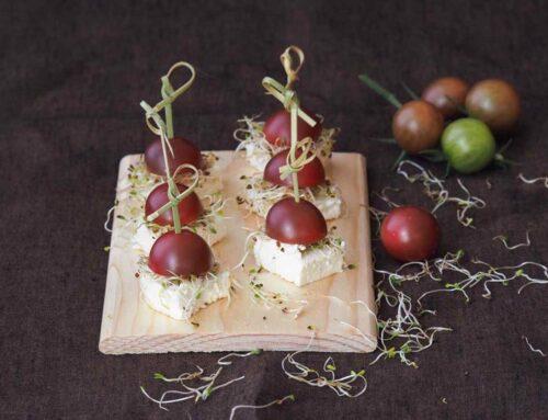 Baltas varškės sūris, liucernos daigai ir juodieji pomidorai