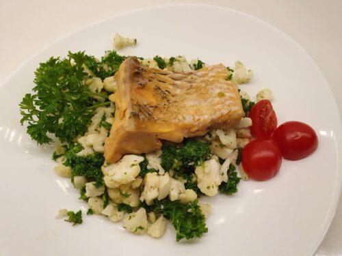 Virta žuvis: amūro pjausnys su žiedinio kopūsto ryžiais