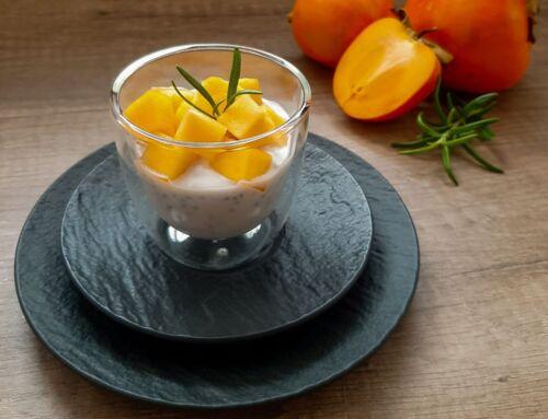 Kokosų pieno desertas su chia sėklomis ir persimonu