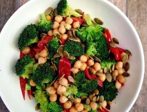 Brokolių salotos su virtais avinžirniais ir paprikomis