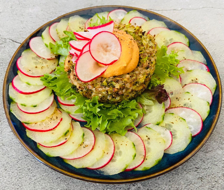 brokoliu-ir-grikiu-paploteliai-su-agurku-ir-ridikeliu-salotomis