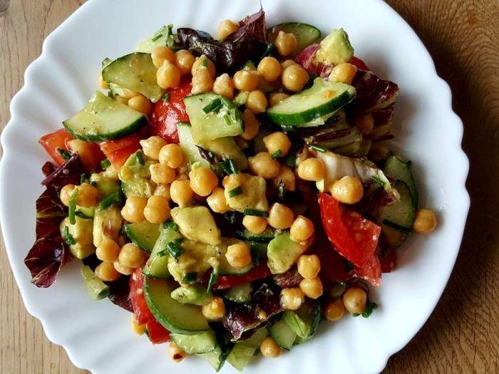 Avinžirnių salotos su agurkais ir pomidorais