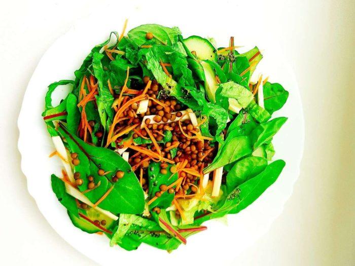 Šviežių daržovių ir lęšių salotos