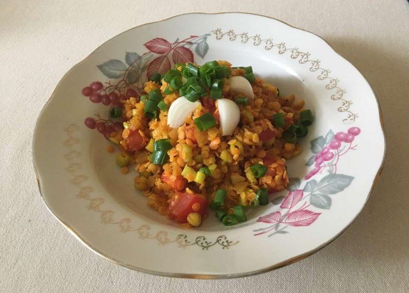 Meksikietiškas lęšių troškinys su pomidorais ir svogūnais