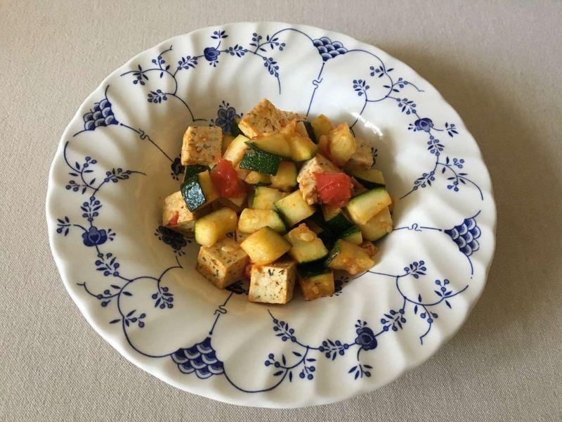 Tofu su cukinija ir pomidoru