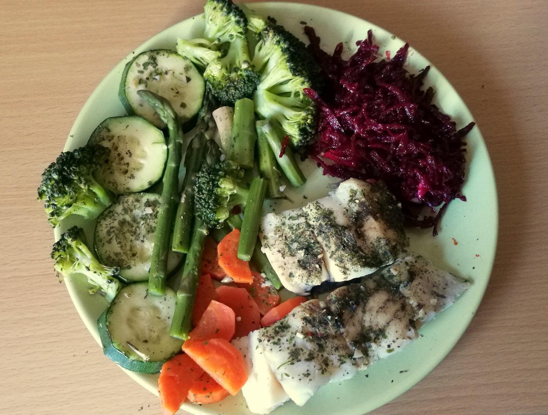 Garuose virta menkė su daržovėmis